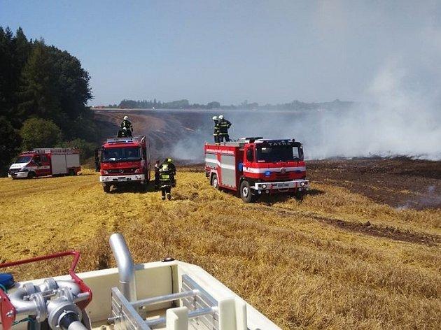 Požár pole ve Velké Jesenici.