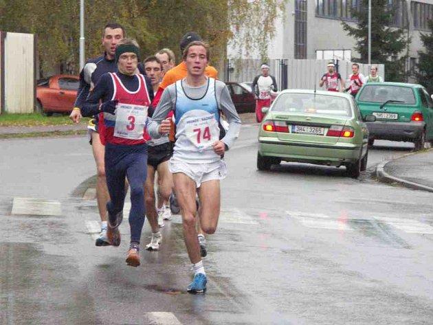 Brzy po startu se utvořila silná skupinka běžců.