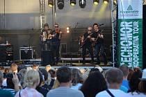 Akustický koncert kapely Čechomor se první červencovou neděli večer nesl letním kinem v autokempu u Rozkoše.