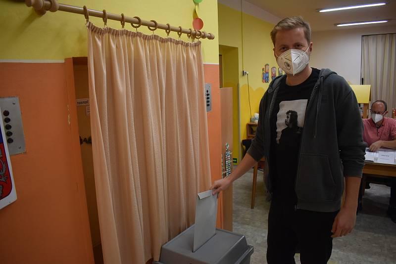 Michal Čepelka volil v tričku s Václavem Havlem.