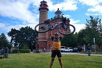 Vladimír Grusman vyrazil první červencovou sobotu nejjižnějšího místa Německa, aby o týden později zvedl svůj bicykl nad hlavu před majákem na ostrově Rujana.