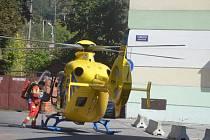 Vrtulník přistál v centru Náchoda. Záchranáři oživovali staršího muže.