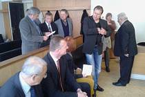 ZASTUPITELÉ města Jaroměře čekají na soud, který začal včera v Náchodě.
