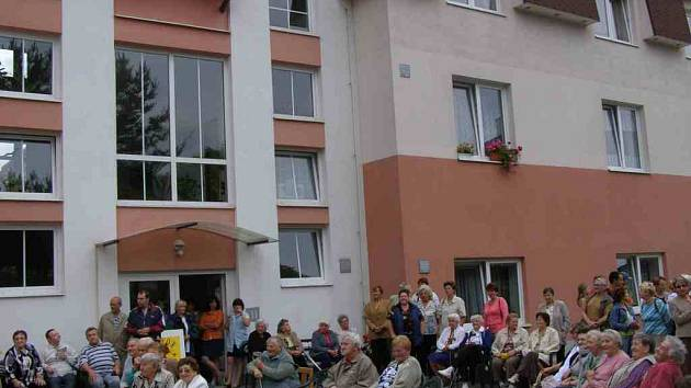 Slavnostního aktu se zúčastnili obyvatelé pečovatelského domu i několik občanů města.