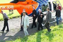 Německý kardibál Joachim Meisner (uprostřed) přilétl společně s biskupem Dominikem Dukou (v zákrytu za starostou města Milanem Brandejsem, ve světlém obleku) do Teplic nad Metují.