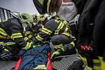 Profesionální jednotka hasičů z Dobrušky a dobrovolní hasiči z obce Nový Hrádek si procvičili taktiku a postup při provedení záchrany osoby z rozhledny na vrchu Šibeník.