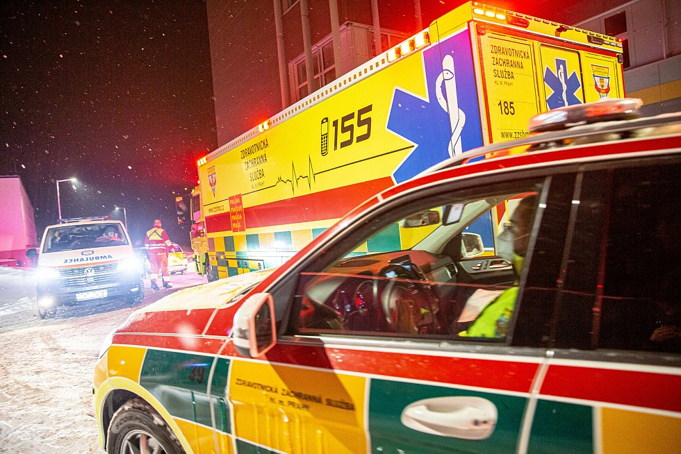 V úterý večer Záchranná služba se svým vozem Fenix převezla z Náchodské nemocnice část pacientů s Covid-19 do jiných nemocnic v republice.