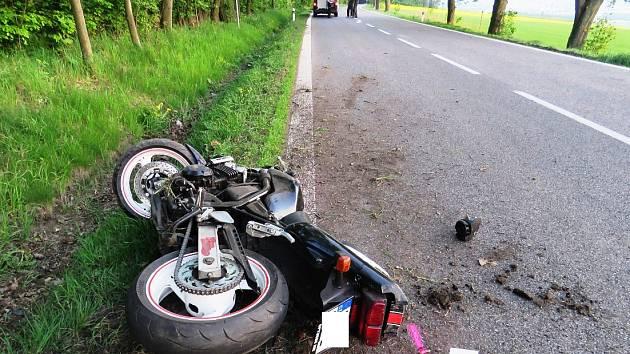 Motorkář se střetl s cyklistou, policie hledá svědky z předjížděných vozů