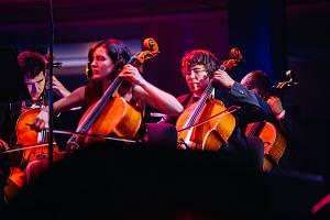 Police Symphony Orchestra a publikum ve vyprodané Lucerně.