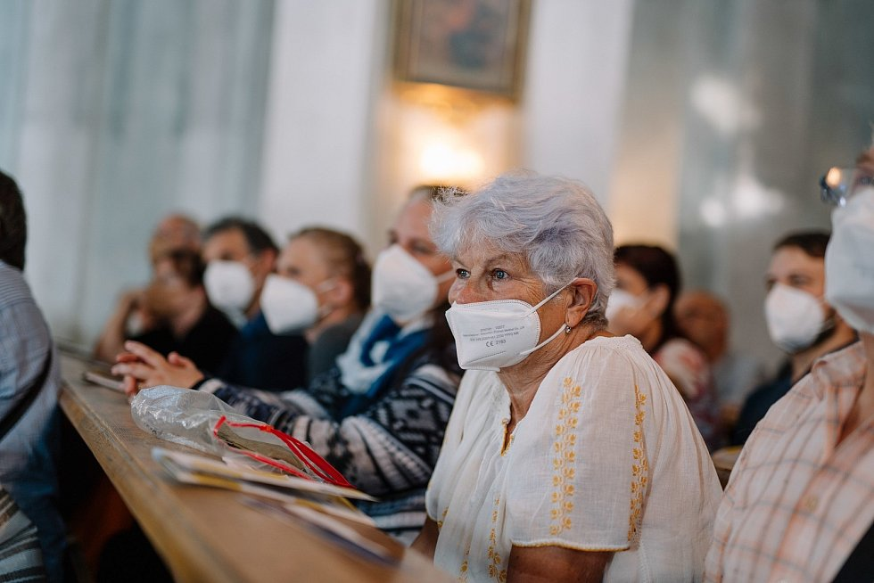 Kolem 155 posluchačů si vyslechlo koncert v otovickém kostele sv. Barbory, kde v sobotu 17. července vystoupili tři rezidenční umělci festivalu Za poklady Broumovska.