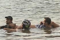 Zachraňování Martina Zacha po něšťastném pádu do rybníka ve Vrchlabí. Čerstvému držiteli titulu Muž roku 2009 hrozí ochrnutí dolní poloviny těla.