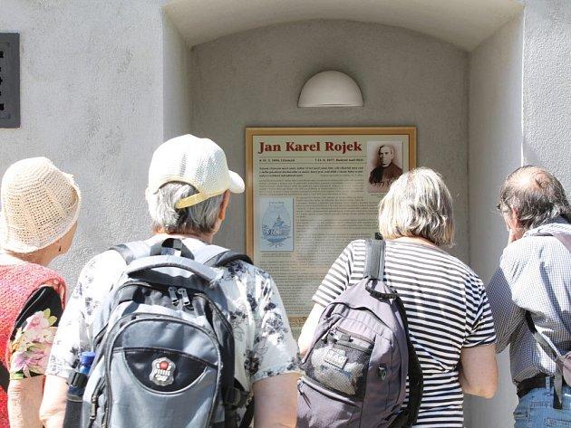 V Novém Městě nad Metují má nově pamětní desku Jan Karel Rojek, někdejší zdejší děkan a národní buditel. Své místo našla na zdi Spolkového domu na Husově náměstí, směrem k děkanskému kostelu, kde Rojek působil.