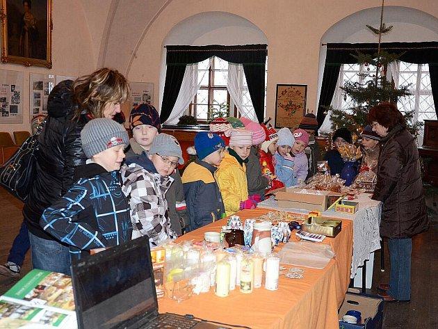 Adventně  a vánočně vyzdobený interiér náchodského zámku si přišly prohlédnout i děti ze 2.B ZŠ Komenského Náchod.