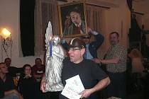 Radost vítěze, který kromě titulu Královna sklepa získal i putovního anděla s jedním křídlem a obraz pijáka.