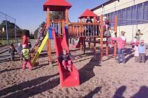 Nové dětské hřiště na fotbalovém stadionu.