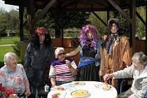 Slunečné odpoledne si užívali senioři při oslavě čarodějnic na zahradě domova, kde je obsluhoval stylově oblečený personál.