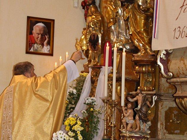 LÁTKA S KRVÍ JANA PAVLA II. je umístěna v relikviáři. Kousek látky je uvnitř umístěn v malé schránce.
