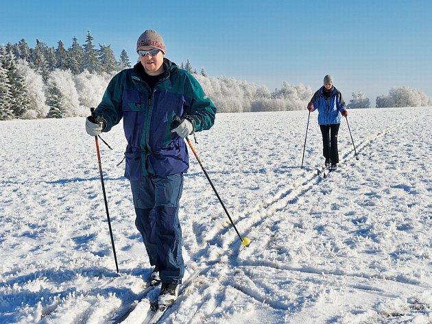 V KLADSKÉM POMEZÍ se v závislosti na sněhových podmínkách upravuje přibližně 300 km lyžařských tratí.
