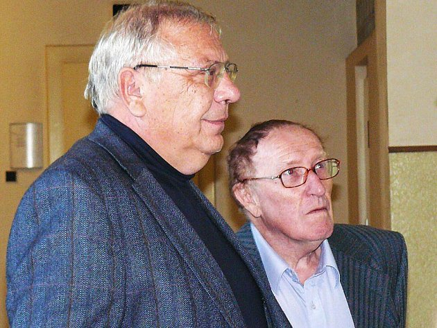 Obžalovaný Karel Květ (vpravo) a jeho advokát Zdeněk Kadleček u náchodského Okresního soudu.