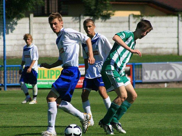 Starší dorostenci Náchoda (v bílém) uhráli v pohledném utkání s Rapidem Liberec remízu 1:1.
