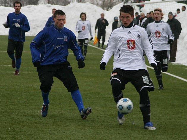 Divizní fotbalisté Náchoda (v tmavém) sehráli další herní test, ve kterém hostili na umělé trávě v Bělovsi druholigový Hradec Králové.