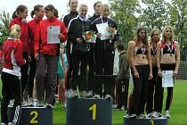 Dorostenecká štafeta má za sebou vynikající představení na halovém mistrovství republiky, kde získali cenné kovy v podobě zlatých medailí. Zleva Vlčková, Drábková, Ulrichová, Loudová.