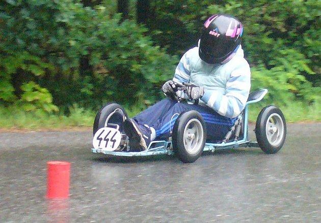 Gabriela Mišáková (na snímku) za volantem svého stroje si vybojoval na republikovém mistrovství v Hlubočanech slušné deváté místo.