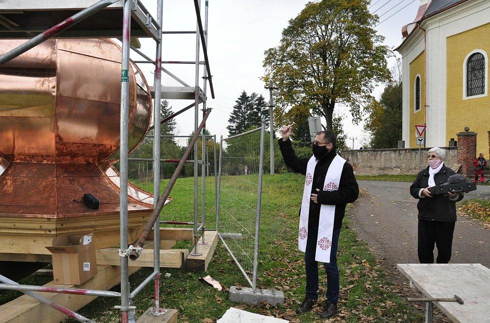 Sanktusník i kříž svěcenou vodou požehnal farář Martin Lanži.