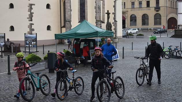 Navzdory deštivému počasí vyrazili v sobotu na legendární pochod Václavice - Havlovice desítky výletníků. V Náchodě a Václavicích jich odstartovalo 148, ale jak přestávalo pršet, tak se postupně přidávali další do cíle v Havlovicích nakonec dorazilo kolem