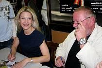 Delegace herců zbrusu nové české pohádky Čertova nevěsta navštívila náchodské publikum kina Vesmír. Sabina Laurinová a Jan Kuželka rozdali na dvě stovky autogramů.