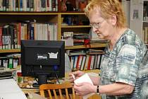 """Knihovna v Červeném Kostelci pořádala pro školáky """"Klubáč"""". Knihovnice jim vysvětlila, jak opravuje knihy."""