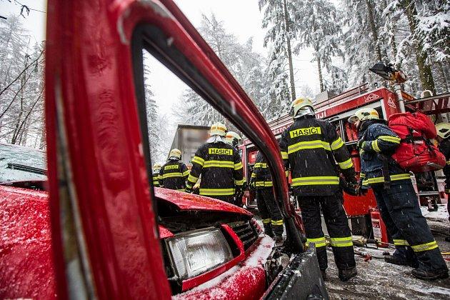 Nehoda osobního automobilu a kamionu, ke které došlo 21. prosince odpoledne, zablokovala silnici I/14 mezi Novým Městem nad Metují a Náchodem za Vrchovinami.