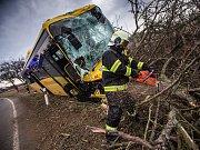 U Černčic havaroval autobus s cestujícími, pět lidí se zranilo.