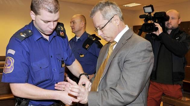 Před krajským soudem v Hradci Králové stanul konkurzní správce Drahomír Růčka z Broumova obžalovaný ze zpronevěry zhruba deseti milionů korun.