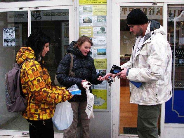 Dobrovolnice Sabina Hilmanová a Jennifer Bubeníčková vybíraly peníze na boj proti AIDS.
