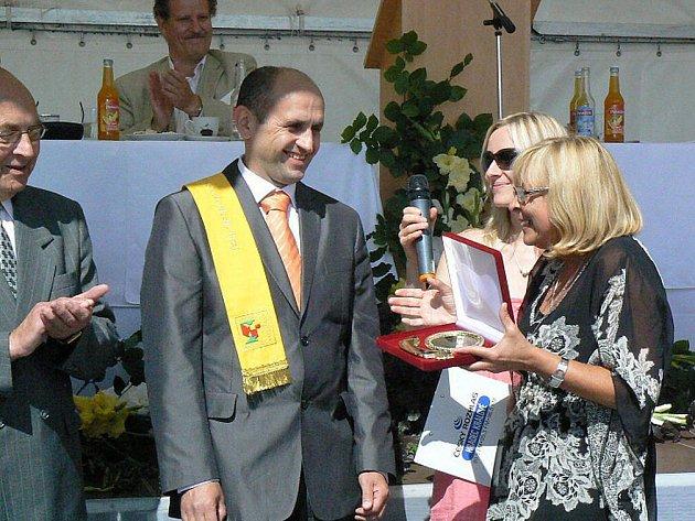 Městys Nový Hrádek převzal Zlatou stuhu za prvenství v soutěži Vesnice roku 2011.
