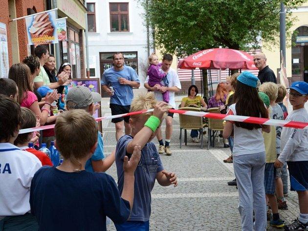 """Jaroslav Čermák a Jiří """"Kouřák"""" Tauc prohráli tenisovou sázku a museli uběhnout půlmaraton po polickém náměstí."""