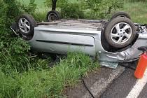 Auto vyjelo ze silnice a převrátilo se na střechu.