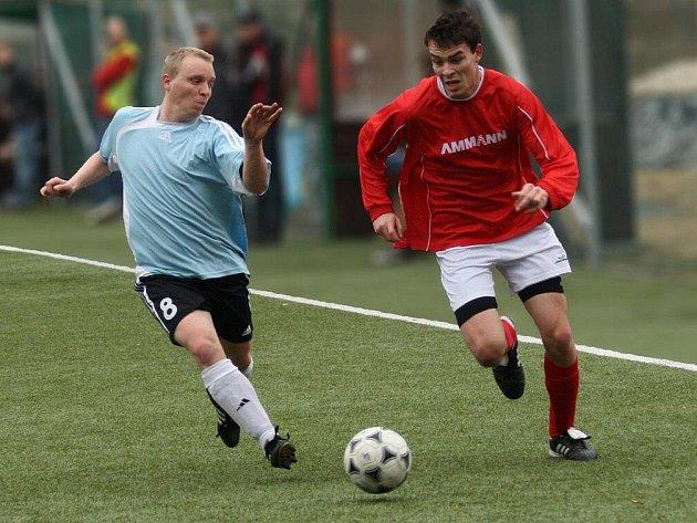 Konečnou osmou příčku obsadili v letošním ročníku fotbaloví I. B třídy hráči Nového Města nad Metují (v čedrveném).