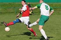 Ve vzájemných zápasech oba regionální týmy využili domácího prostředí. Na podzim Nové Město přehrálo doma Babí 2:0, na jaře naopak Babí (v zeleném) porazilo svého soupeře 2:1.
