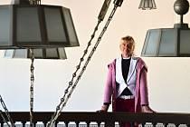 OLGA MERTLÍKOVÁ, ředitelka Městského  muzea v Jaroměři, v kulisách pozoruhodného Wenkeova domu, sídla muzea, který byl jednou z prvních realizací architekta Josefa Gočára.