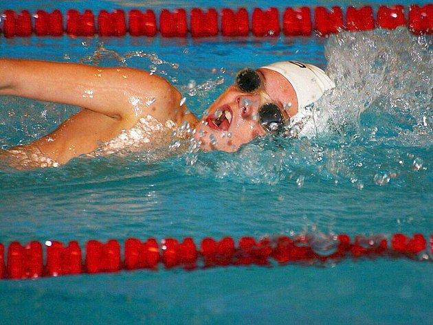 Hned pět zlatých medailí vylovil z domácího bazénu v Oblastním přeboru Viktor Tomek.