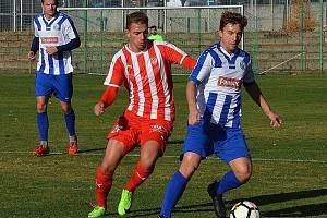 Debaklem 0:7 skončil pro náchodské fotbalisty (v modrobílém) závěrečný podzimní duel na trávníku Mšena.