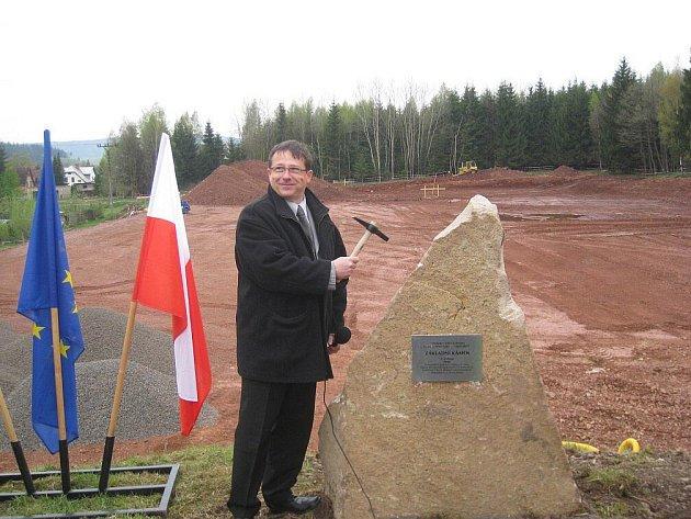 Výstavba sportovního areálu v Meziměstí byla zahájena poklepem na základní kámen.