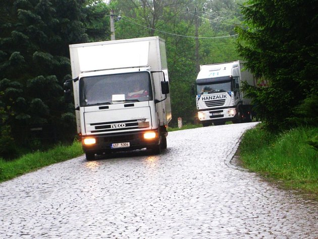 I přes zákaz jezdí nákladní vozidla nad 3,5 tuny přes Vysokou Srbskou.
