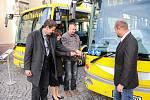 Na Masarykově náměstí v Náchodě byly pokřtěny dva nové elektrobusy. Dostaly pro Náchod  výstižná