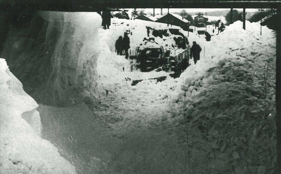 Uvězněné lokomotivy a vlak ve sněhové závěji v Novém Městě nad Metují na začátku ledna 1941.