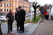 Po slavnostním zprovoznění komunikace vedoucí odboru rozvoje města Jiří Prouza (vlevo)  odpovídal na technické dotazy poslance Jiřího Hanuše a  místostarosty Karla Cejnara.