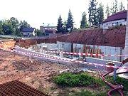 ZÁKLADY pro další stavbu a bazén už se budují.