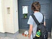 Přesně v pátek třináctého ve třináct hodin se před školou konala smuteční tryzna.